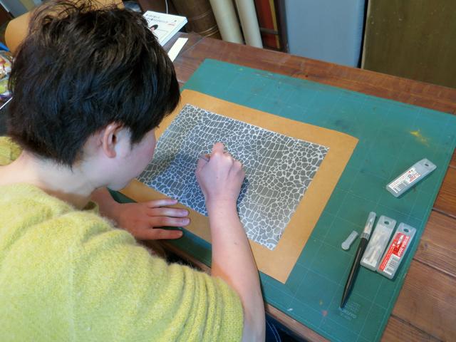「創作自由クラス」で染色用の型紙を彫っています。