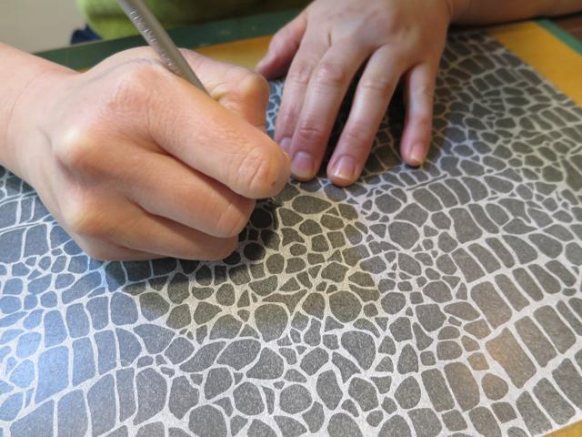 「創作自由クラス」での染色用の型紙を彫っています。