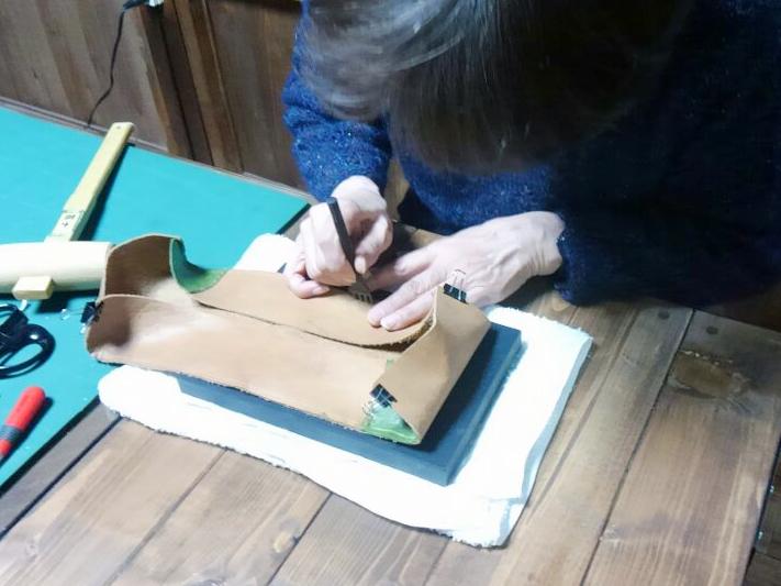 「創作自由クラス」で染めた布と革でバッグを制作されています。