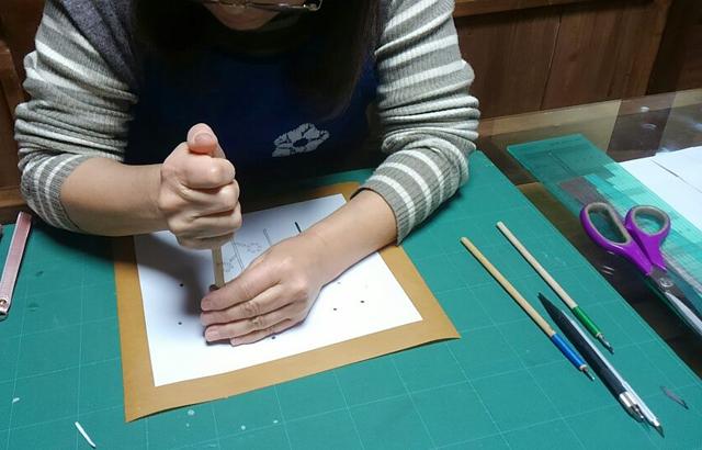 「草木染めによる染色技法の基礎クラス」で型染めの型紙を彫っておられます。
