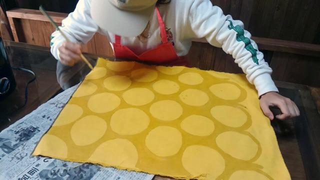 「創作自由クラス」で、ろうけつ染め。カバンを作っています。