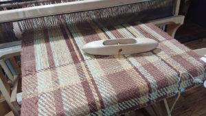 あまり毛糸でひざ掛けを織る。