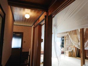廊下の天井を塗る。