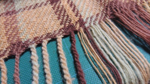 あまり毛糸でひざ掛けを織る(フリンジと縮絨)