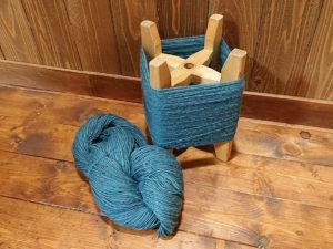 藍染めのウールを糸に紡ぐ。