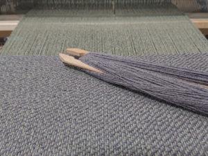 飛び斜紋のマフラーを織っています。